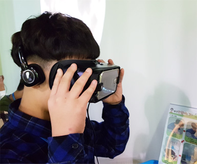 This is a picture of the child experiencing KTX VR in Tongilmiraecheheomgwan
